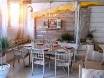 Uma sala de jantar pequena em uma casa rústica, Fotografia de Stock Royalty Free