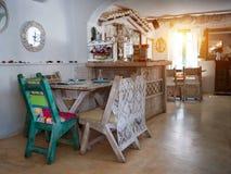 Uma sala de jantar pequena em uma casa rústica, Imagens de Stock Royalty Free