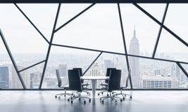 Uma sala de reunião em um espaço de escritórios panorâmico contemporâneo brilhante com opinião de New York City O conceito do fin Foto de Stock