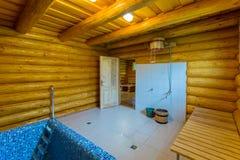 Uma sala do banheiro para um chuveiro do contraste com uma cubeta e um vadio de madeira do sol foto de stock