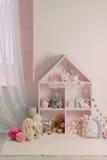 Uma sala do ` s das crianças com os brinquedos seguros Imagens de Stock