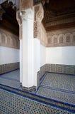 Uma sala exterior com um mosaico telhou carvings do assoalho e da madeira em um palácio em Marrocos Foto de Stock