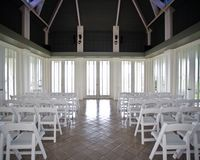 Uma sala naturalmente iluminada vazia antes de uma cerimônia de casamento fotografia de stock