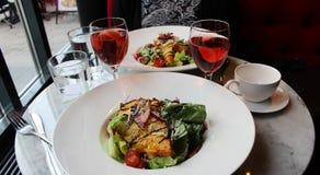 Uma salada de caesar saboroso em um café fotos de stock royalty free