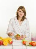 Uma salada preparada moça do vegetal do vegetariano Fotografia de Stock Royalty Free