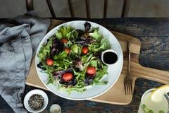 Uma salada saudável da alface de folha Fotografia de Stock