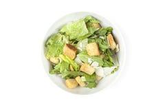 Uma salada verde com fritos de pão e queijo Foto de Stock