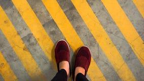 Uma sapata vermelha na linha de tira amarela imagens de stock
