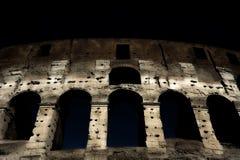 Uma seção da fachada do Colosseum Flavian Amphitheatre em Roma durante a hora azul Opinião da noite Roma, Lazio, Itália fotos de stock royalty free