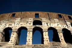 Uma seção da fachada do Colosseum Flavian Amphitheatre em Roma durante a hora azul Opinião da noite Roma, Lazio, Itália foto de stock