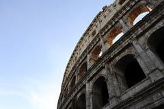 Uma seção da fachada do Colosseum Flavian Amphitheatre em Roma, Lazio, Itália foto de stock royalty free