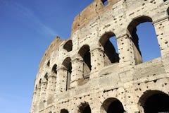 Uma seção da fachada do Colosseum Flavian Amphitheatre em Roma, Lazio, Itália imagem de stock royalty free
