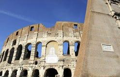 Uma seção da fachada do Colosseum Flavian Amphitheatre em Roma, Lazio, Itália fotografia de stock