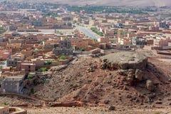 Uma seção da vila de Tinerhir em Marrocos com uma formação de rocha incomum no primeiro plano Fotos de Stock