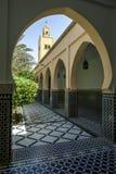 Uma seção do pátio bonito no mausoléu de Moulay Ismail em Meknes, Marrocos imagem de stock