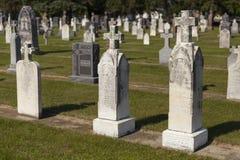 Uma seção velha de um cemitério da cidade pequena durante a luz do dia. Imagens de Stock