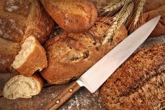 Uma seleção de nacos do pão com faca Foto de Stock Royalty Free