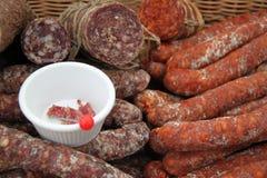 Uma seleção do salami e da carne secada Fotografia de Stock Royalty Free