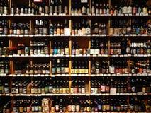 Uma seleção enorme da cerveja em prateleiras do supermercado Imagem de Stock