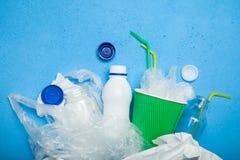 Uma sele??o do lixo para reciclar Papel, plástico e vidro Copie o espa?o para o texto foto de stock
