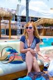 Uma senhora à moda de fala em um café da praia Imagens de Stock