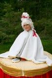 Uma senhora-bebida, uma tabela da menina, tabela viva Fotografia de Stock Royalty Free