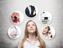 Uma senhora bonita em uma camisa formal está pensando sobre profissões diferentes Fundo concreto Fotografia de Stock Royalty Free