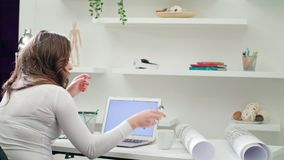 Uma senhora cansado Working em um escritório foto de stock