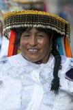 Uma senhora coloridamente vestida em uma rua de Cusco durante a parada do primeiro de maio no Peru Fotografia de Stock