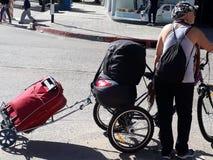 Uma senhora com uma bicicleta e todos seus pertences imagem de stock royalty free