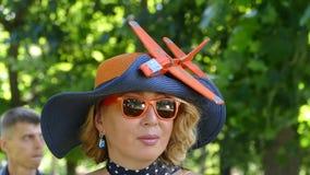 Uma senhora com um chapéu em que é unido um voo filme