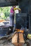 Uma senhora derrete a cera fora de um batik na fábrica de Baba Batik em Matale em Sri Lanka imagem de stock royalty free