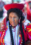 Uma senhora espera para executar na parada do primeiro de maio em Cusco no Peru Fotos de Stock Royalty Free