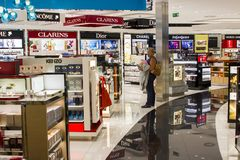 Uma senhora está com a boca aberta em uma loja do perfume no aeroporto de Faro imagens de stock royalty free