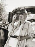 Uma senhora idosa resistente com uma arma imagem de stock