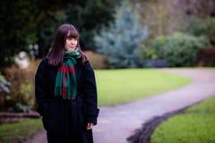 Uma senhora japonesa nova bonita no parque Foto de Stock Royalty Free