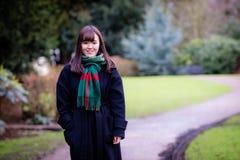 Uma senhora japonesa nova bonita no parque Imagem de Stock Royalty Free
