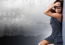 Uma senhora nova e à moda em um fundo urbano imagem de stock