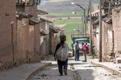 Uma senhora peruana em Maras no Peru Imagem de Stock