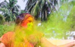 Uma senhora que obtém regada com as cores do holi durante o festival do holi em india fotografia de stock