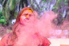 Uma senhora que obtém regada com as cores do holi durante o festival do holi em india foto de stock royalty free