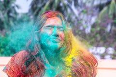 Uma senhora que obtém regada com as cores do holi durante o festival do holi em india fotografia de stock royalty free