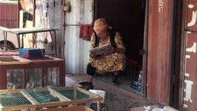 Uma senhora que vende a feira de Osh das galinhas video estoque