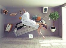 Uma senhora voa na sala da gravidade zero Fotos de Stock Royalty Free