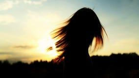 Uma silhueta de uma mulher em um por do sol gerencie-a video estoque