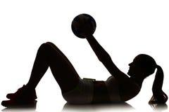 Uma silhueta do jogador da bola da salva da praia da mulher no silhouet do estúdio Imagens de Stock Royalty Free