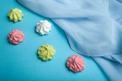 Uma sobremesa festiva da merengue em um fundo azul imagem de stock royalty free