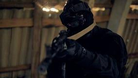 Uma solda aponta para o inimigo através de uma câmera infravermelha da visão filme