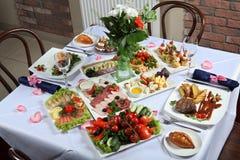 Uma tabela ajustada com uma variedade de pratos foto de stock royalty free