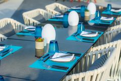 Uma tabela ajustada para um jantar formal Foto de Stock Royalty Free